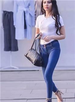 街拍美女:高挑丰腴大长腿小蛮腰紧身牛仔裤浑圆饱满长发女郎