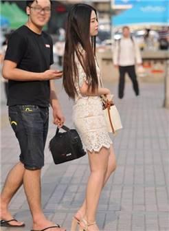 路人街拍: 穿蕾丝镂空包臀裙的丰腴美女, 和男友撒娇的模样好迷人