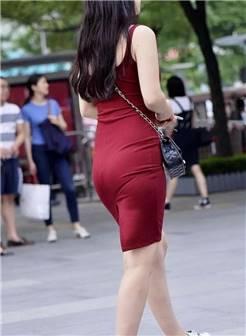 街拍:穿着包臀裙的性感丰满少妇,风韵少妇偶尔也可以小清新
