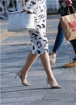 熟妇的裙子蛮别致高跟鞋显气质 [