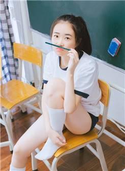 马尾美女校花运动服白丝长腿教室图片