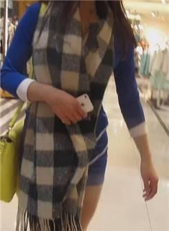 商场丰满眼镜闷骚少妇展示丝袜腿