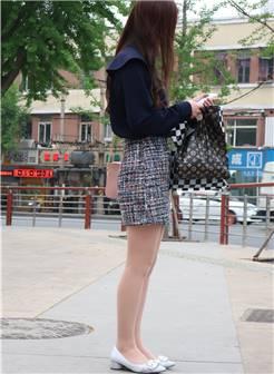 街拍联盟:等车的短裙肉丝美女,肉丝控的福音