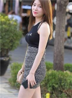 街拍: 好梦幻的美女, 热裤吊带背心