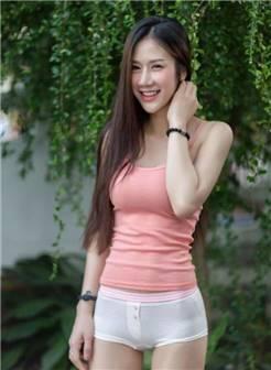 长发飘飘的大美女,粉色吊带搭配超短裤,明媚的微笑很迷人