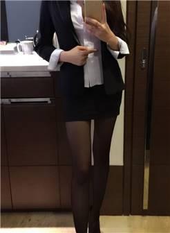 一身性感的装扮,黑色丝袜搭配高跟,在镜头前展现出各种诱人姿势