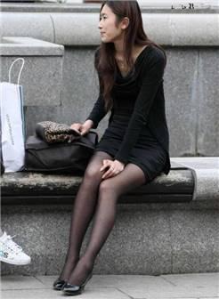 街头偶遇美女着黑色连衣裙丝袜高跟鞋