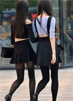 街拍:时尚姐妹花穿黑丝袜又配黑色高跟鞋