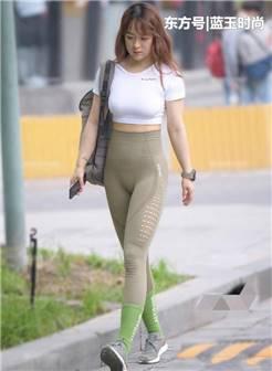 街拍:打底裤有很好的展示迷人气质,轻松展示