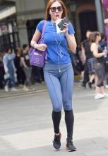街拍美女:紧身打底裤的装扮更显女人味,尽显街头时尚
