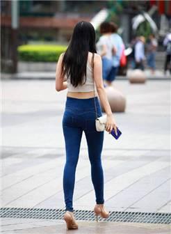 街拍美女:牛仔裤和高跟鞋最配,轻松显瘦又显腿长