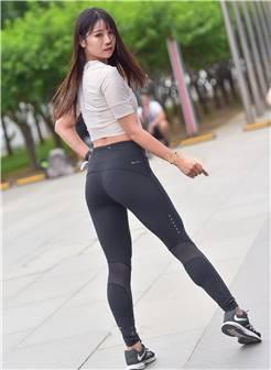 街拍:一条紧身打底裤,勾勒出圆润的臀部曲线,让人赏心