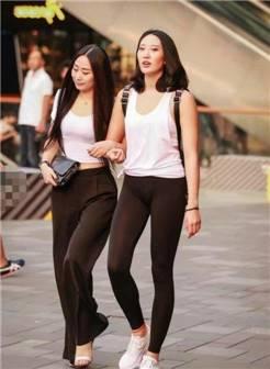 街拍:打底裤更加凸显出时尚感,对辣妈来说是个挑战!