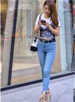 街拍:搭配白色小衫的丰满少妇,紧身牛仔裤穿搭很时尚