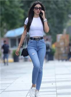 街拍:清一色的牛仔裤,遮不住的好身材,今天我们一起来