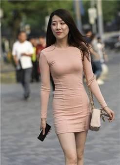 路人街拍:穿着裸粉色连衣裙的小姐姐,网友:背影杀手!