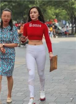 街拍:身材丰满,穿紧身瑜伽裤,要去健身的好身材性感美女