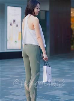 蓝灰色紧身瑜伽服套装的美女,气质颇佳,摆pose也有一套.