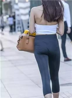 路人街拍,露背挂脖背心搭配紧身瑜伽裤的少女,腰细如柳迷人