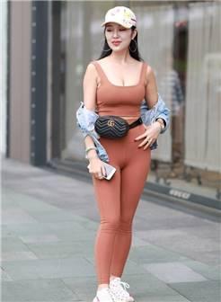 街拍美女:穿紧身打底裤的小姐姐,身材真好!