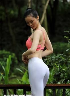美女街拍:穿打底裤练瑜伽,小姐姐,身材不错!