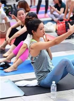 街拍:瑜伽紧身裤极品美女落落大方,身材好到撑起三角区