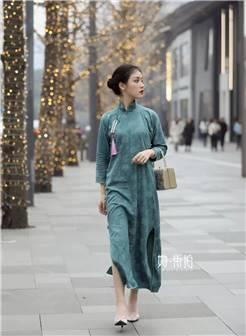 图据@街拍刘易斯   天青色等烟雨,而我在等你   旗袍的温柔美