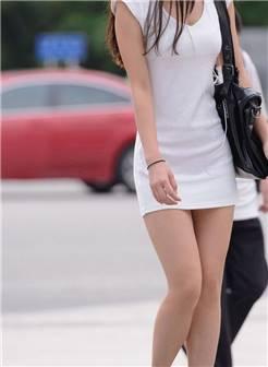 街拍白色连衣短裙无丝袜美女-