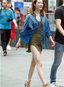 街拍:有着白皙美足的妹子们最适合搭配高跟凉鞋