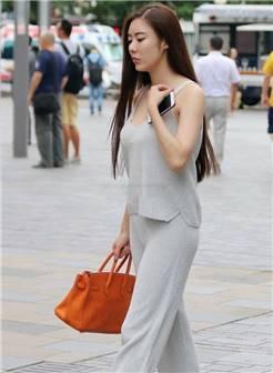 街拍:美女灰色吊带搭配黑色百褶裙,大秀性感曼妙的好身材!