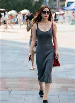 街拍:穿搭吊带装的美女,利索简约有气质,妩媚迷人十分