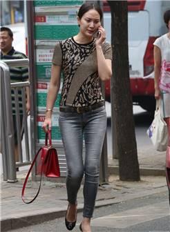 八一西路街拍的紧身牛仔裤美女
