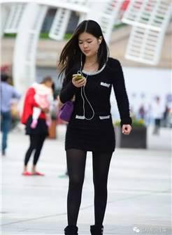 蓝月帝国街拍:文化广场街拍的黑丝袜美女