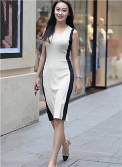 街拍:气质出众的美女,性感抹胸搭配紧身牛仔裤,好身材