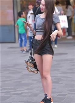 街拍:带孩子逛街的时尚辣妈,小白t紧绷的线条很是迷人