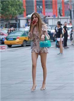 街拍路人,90后的轻熟女穿衣彰显女人味,清秀的五官特别有魅力!