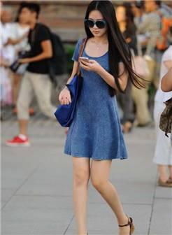 街拍:蓝色的诱惑,美女长裙展露白嫩的性感美腿