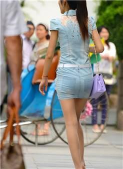 在万达广场街拍的丝袜大长腿