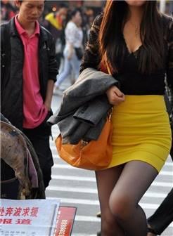 街拍黄色紧身裙细腻丝袜美女