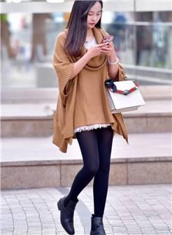 街拍:小妹妹走路不要那么专注玩手机呀,丝袜打底裤还是不错的