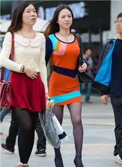 幸福中国街拍:和闺蜜一起逛街的黑丝袜美女