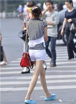 幸福中国街拍:丰收路街拍的黑丝袜小姐姐
