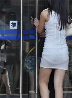 街拍时尚白色连衣裙丝袜腿美女