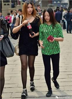 幸福中国街拍:逛街的黑丝袜小姐姐