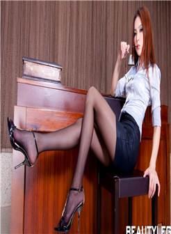 成熟干练的丰乳翘臀美女秘书ol大胆超短制服黑丝喷血诱惑写真图片