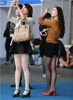 街拍: 女生穿各色肉丝袜完暴身材, 好不好看一眼就知道!