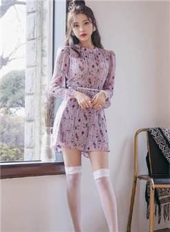 穿着白色丝袜的美女,加上紫色点缀的裙子,有点萌.