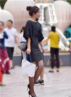这位美女穿着黑色的丝袜搭配高跟鞋
