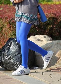 街拍养眼的蓝色丝袜小妹妹