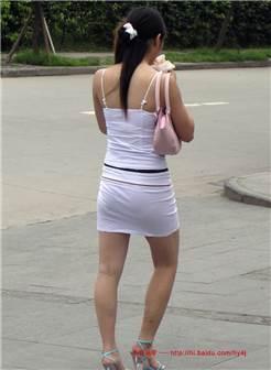 超短超紧白裙,裹不住小少妇丰满的肉臀 暮色苍松